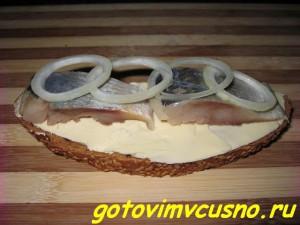 Бутерброды с сельдью и луком